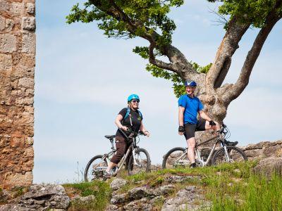 Mountainbiker auf der Burgruine Neideck